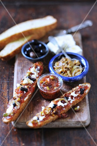 Bread topped with fig chutney, onions, feta and olives