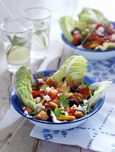 Paprikasalat mit Zucchini, Feta, Croutons und Tomatenkompott