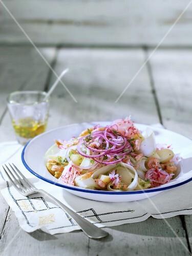 Kartoffelsalat mit Staudensellerie, Rettich, Zwiebeln, Radieschen und Kerbel-Zitronen-Dressing