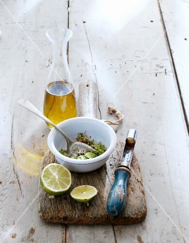 Salatdressing mit Kräutern, Limette und Olivenöl