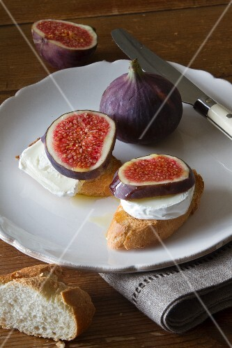 Crostini with goat's cheese and figs