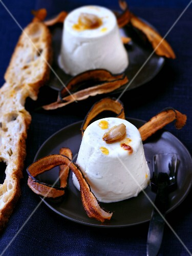 Spicy panna cotta with roasted garlic and fried black salsify