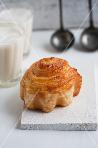 A cinnamon whirl made from puff pastry, with pear filling