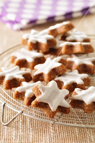 Star-shaped cinnamon biscuits on a cooling rack