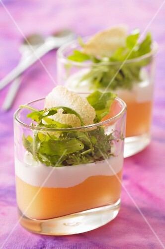Creamy goat's cheese on top of stewed apple, topped with rocket
