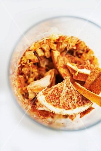Getrockneter Mangotee mit Tangerine in einem Glas (Draufsicht)