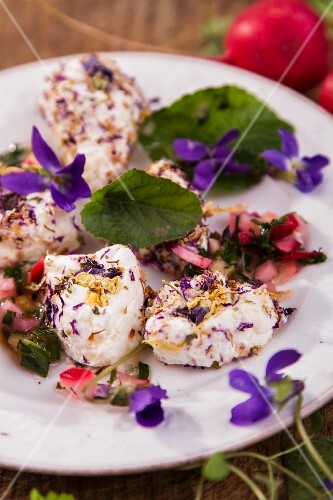 Soft goat's cheese with violet-flavoured vinaigrette