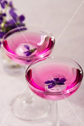 Cocktails with violet ice cubes