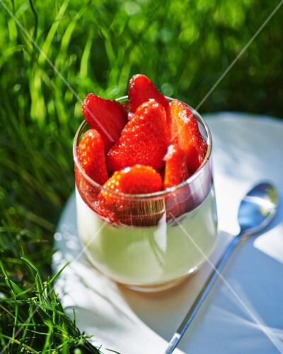 Vanilla cream with strawberries
