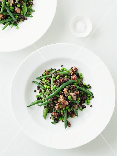 Lentil salad with green beans, peas and bacon (view from above)