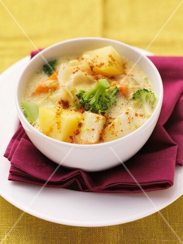 Vegetable curry with potatoes and broccoli (India)