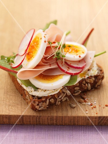 Wholemeal bread with turkey ham, egg and radishes