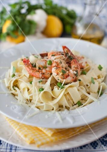 Ribbon pasta with prawns, peas and garlic