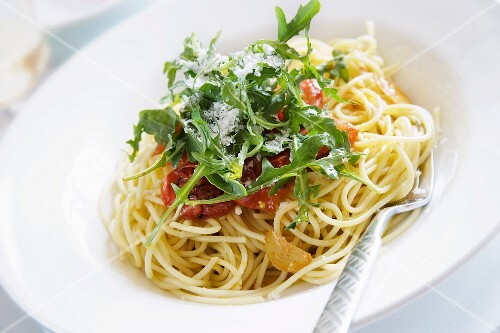 Spaghetti with olive oil, topped with roasted tomatoes, garlic, onion and rocket