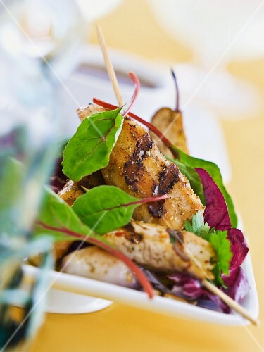 Chicken skewers with salad leaves