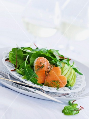 Salad leaves with hearts of smoked salmon and avocado
