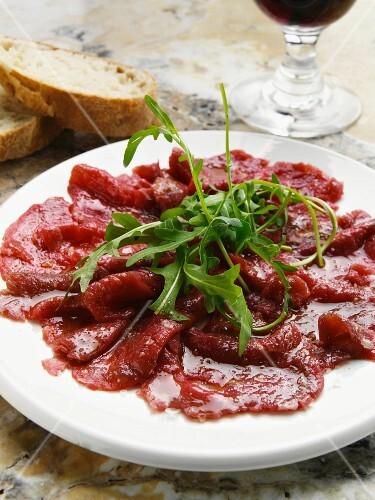 Carpaccio con la rucola (raw beef with rocket)