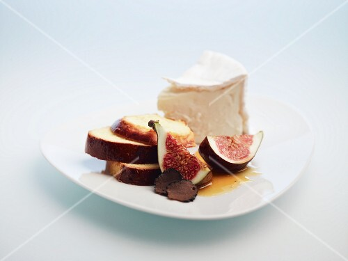 Soft cheese with fresh figs, bread and truffles