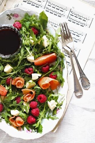 Arugula salad with raspberry and smoked salmon