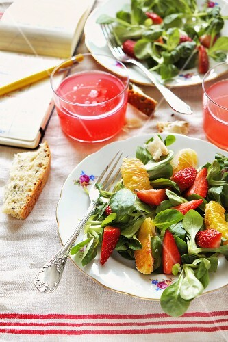 Lamb's lettuce with strawberries and oranges