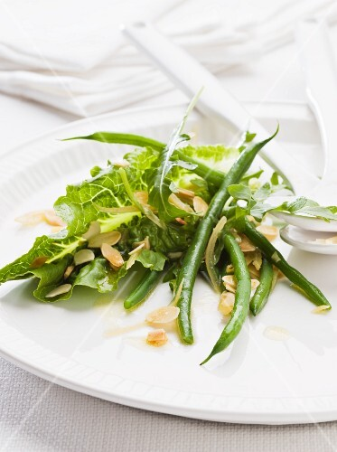 A salad of green beans with rocket and sliced almonds