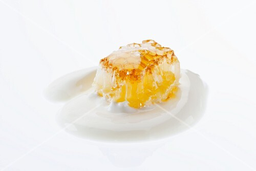 Honeycomb with yoghurt