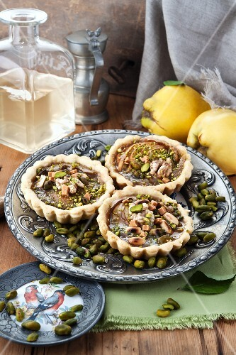 Individual quince tarts with pistachios and pine nuts