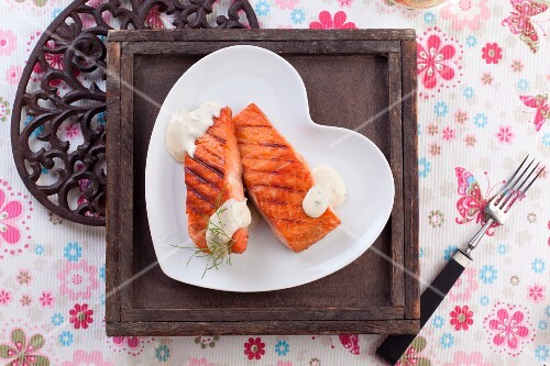 Grilled salmon steaks with dill sauce