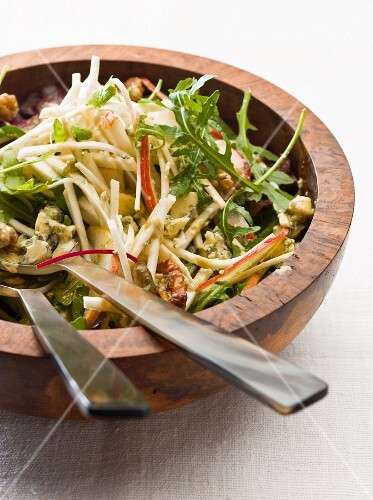 Rocket salad with apple, nuts and blue cheese