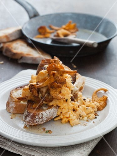 Scrambled egg with chanterelles and bread