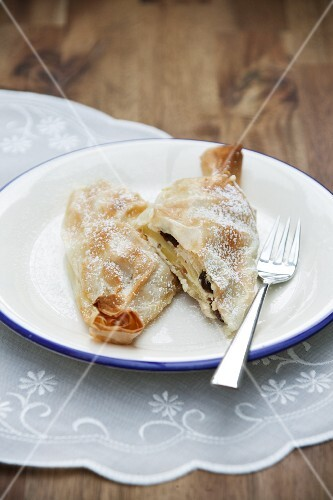 Mini Topfenstrudel (Strudel with a soft quark cheese) with apples and raisins