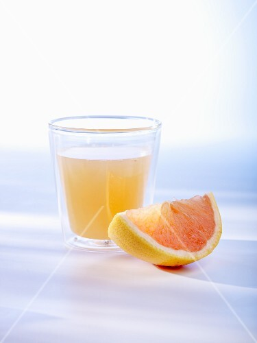 Grapefruit juice and a wedge of grapefruit