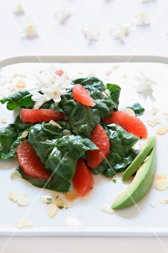 Spinach salad with grapefruit, avocado and sliced almonds