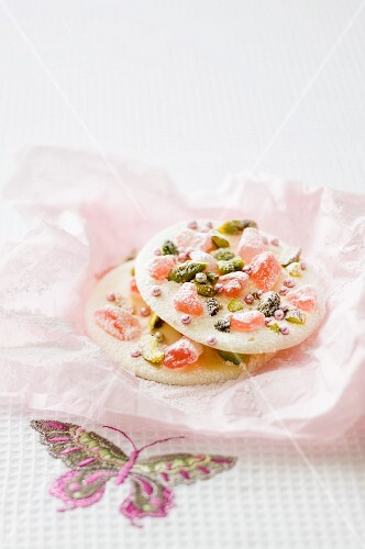 White chocolate discs with pistachios and Turkish delight