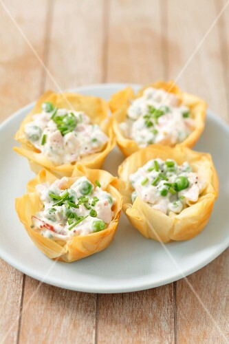 Filo pastry tartlets with ham, green peas and mayo salad