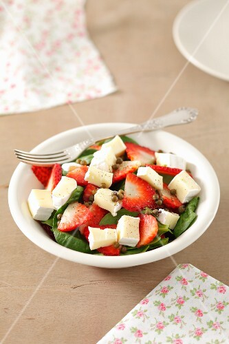 Spinach and strawberry salad with camembert