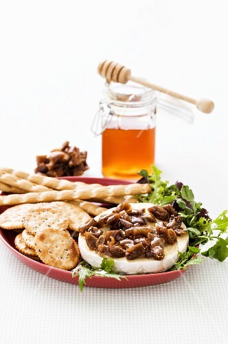 Camembert with figs and honey and crackers