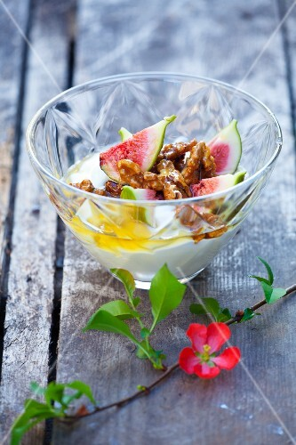 Yoghurt with fresh figs, walnuts and honey
