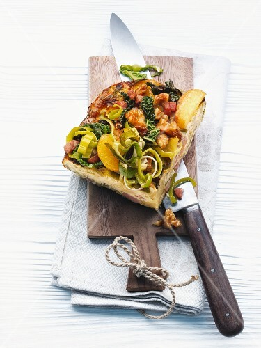 Spicy, autumn yeast cake with leek, apples and nuts