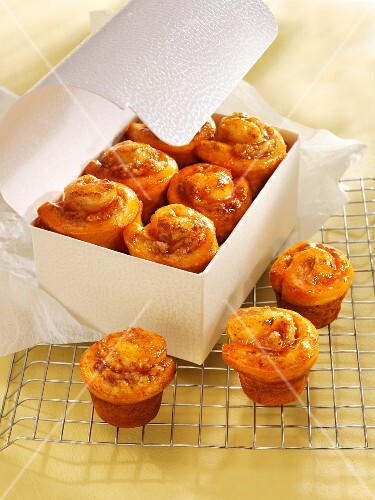 Cinnamon whirl muffins with apple
