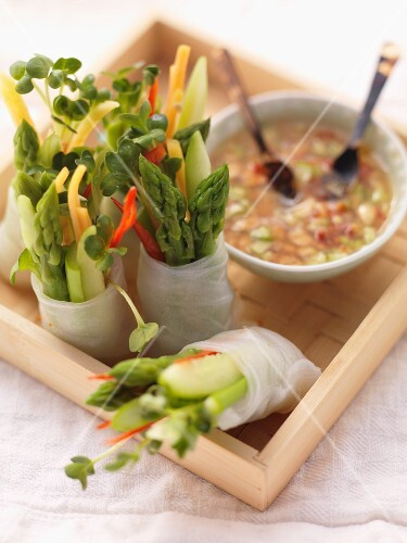 Spring rolls with asparagus and cress, with a chilli dip (Asia)