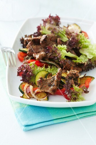 Beef salad with courgette, peppers and lettuce