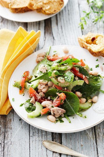 Spinach and tuna salad with beans, peppers and celery