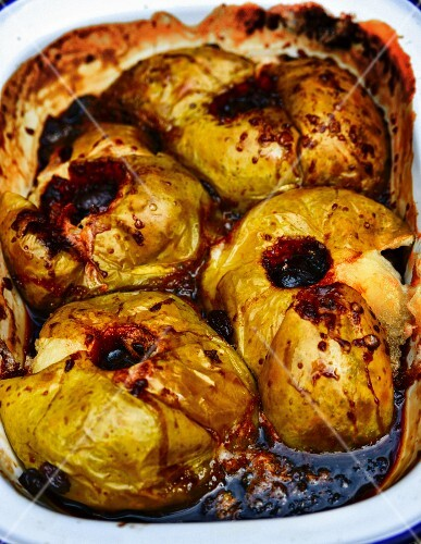 Baked apples in a roasting tin