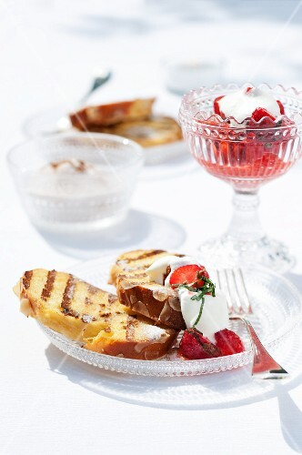 Grilled slices of Hefezopf (sweet bread from southern Germany) with strawberries and mint