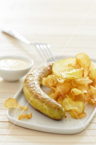 Curry-spiced sausage with crisps and mayonnaise