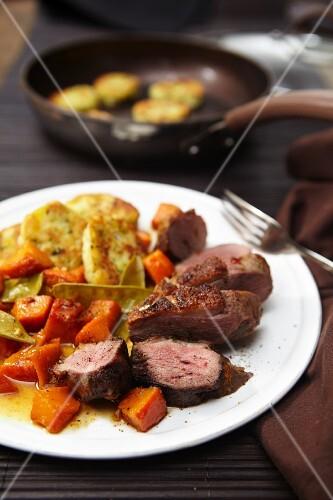 Gänsebrust mit Kürbisgemüse und Kartoffelplätzchen
