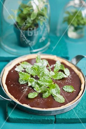 Schokoladentarte mit frischer Pfefferminze