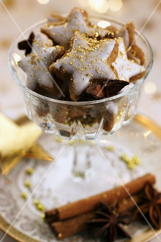 Star-shaped cinnamon biscuits decorated with gold dust