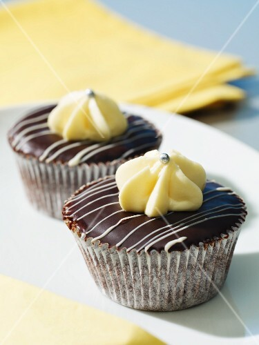Cupcakes with dark chocolate coating and white chocolate topping